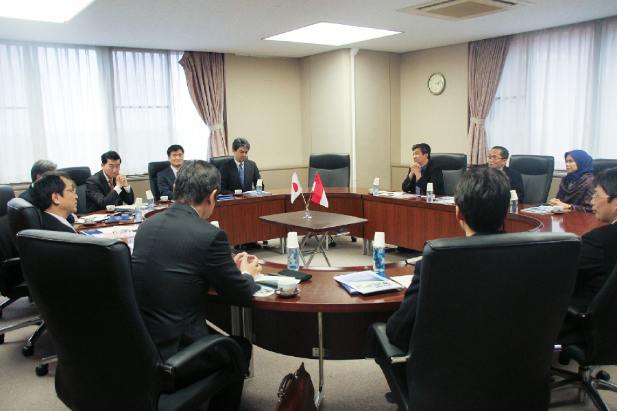 Meeting photograph : Rector of ITB,  President & Vice president of University of Tsukuba, and professors.